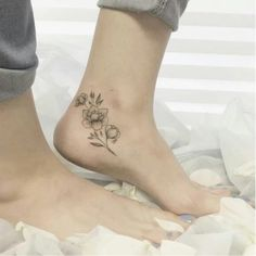 Gorgeous Ankle Flower Tattoo You Can't Miss This Summer; Ankle Tattoos Ideas for Women;Ankle Tattoos Concepts for Girls; Cute Ankle Tattoos, Cute Simple Tattoos, Ankle Tattoos For Women, Ankle Tattoo Designs, Pretty Tattoos, Ankle Foot Tattoo, Flower Tattoo On Ankle, Foot Henna, Neue Tattoos