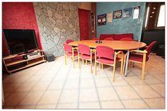 Cosa trovi al Bliss Coworking? Una sala riunioni 8 posti con tavolo ovale, TV LCD e aria condizionata