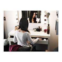 In der geräumigen, mit Filz ausgelegten Schublade ist viel Platz für Schmuck, Kosmetik usw. Die robuste Glasfläche lässt sich einfach sauber halten. Mit einem Wand- oder Tischspiegel in passender Größe im eigenen Stil ergänzt, wird der Frisiertisch zu einem ganz persönlichen Möbelstück. Leichtgängige Schublade mit Ausziehsperre.