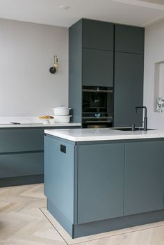 A blue-green kitchen. Do you dare? - INTERIOR JUNKIE - A blue-green kitchen. Do you dare? The Effective Pictures We Offer You About kitchen storage A qua - Fancy Kitchens, Black Kitchens, Home Kitchens, Kitchen Buffet, New Kitchen, Kitchen Decor, Kitchen Cupboard, Awesome Kitchen, Modern Kitchen Design