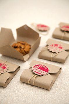 Mit unserer Vorlage könnt ihr eine Keksverpackung für einzelne Kekse herstellen, die die süßen Geschenke noch zauberhafter machen.