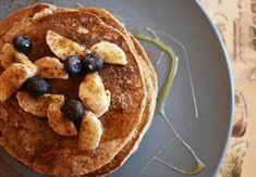 Απ' όταν ανακάλυψα το πίτουρο βρώμης θέλω να το βάζω παντού, αφού μπορεί να αντικαταστήσει τέλεια το αλεύρι σε μερικές συνταγές! Η συνταγή για pancakes που θα σου παρουσιάσω θέλει ελάχιστα υλικά, είναι εύκολη και υγιεινή! Τα pancakes ή αλλιώς τηγανίτες αποτελούν την τέλεια λύση για ένα χορταστικό πρωινό, είναι ιδιαίτερα δημοφιλείς σε όλο τον κόσμο και γι'αυτό θα βρεις άπειρες συνταγές . Έχω καταλήξει σε αυτή τη συνταγή pancakes […] Healthy Snacks, Healthy Recipes, Pancakes, Breakfast, Desserts, Foodies, Health Snacks, Morning Coffee, Tailgate Desserts