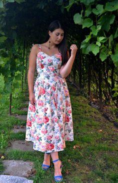 Vintage floral dress | Fashion Sofa Sofa Styling, Vintage Floral, Strapless Dress, Fashion Dresses, Outfits, Summer Dresses, Blog, Shoe Designs, Sandals