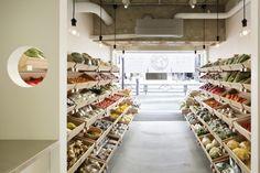 심플한 느낌의 동네 길거리 농산물가게입니다. 마치 백화점 식료품코너와 같이 심플하고 모던하게 정리된 ...