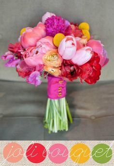 Du rose, de l'orangé, du jaune et du rouge pour ce bouquet plein de pep's d'un mariage de printemps…Côté fleurs, des tulipes, des renoncules, des craspédias, des jacinthes, des pois de senteurs et des pivoines composent ce joli bouquet de mariée.