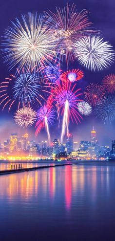 Fireworks photography isn't hard as you believe. Framing Fireworks photography is also challenging as you… 4th Of July Fireworks, Fourth Of July, 4th Of July Wallpaper, Fireworks Wallpaper, Fireworks Photography, Photography Ideas, Beautiful Places, Beautiful Pictures, Fire Works