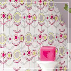 Un papier peint imprimé Lola aux motifs fleuris donne du peps à la chambre de votre petit bout de chou !
