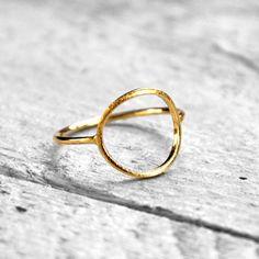 Ein Kreis ziert einen filigranen Ring. Ein Schmuckstück für jeden Tag und wunderschönes Geschenk zum Abitur, zu Weihnachten oder zum Geburtstag!