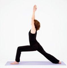 VIRABHADRASANA A  Bij deze houding verkrijg je meer kracht in je bovenbeenspieren. Deze spieren zitten aan je knie vast. Door deze houding worden je knieën dus sterker. Let ook hierbij weer goed erop dat je knie boven je enkel is!
