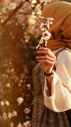 Modest Fashion Hijab, Hijab Chic, Muslim Girls, Muslim Women, Girl Background, Islamic Girl, Hijabi Girl, Anime Scenery Wallpaper, Romantic Roses
