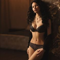 откровенно девушка нижнее белье лифчик трусики стоя целиком кружевное интерьер фигура спереди