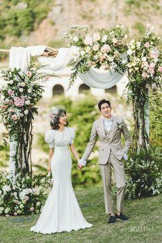 클래식하고 세련된 스타일의 남성 슈트를 대표하는 전문 브랜드 라비첸토는 모든 제품을 비접착 핸드메이드 방식인 비스포크 방식을 원칙으로, 수십 년간 축적된 기술을 갖춘 전문 장인들이 본인만의 노하우와 섬세한 기술력으로 테일러링한다. Wedding, Fashion, Valentines Day Weddings, Moda, Fashion Styles, Weddings, Fashion Illustrations, Marriage, Chartreuse Wedding
