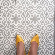 Dagens kombo: fliser fra Souk sko fra @noebergen#marokkanskefliser #encaustictiles #cementtiles #handmadetiles #noeshoes #shoeaddiction #tileaddiction #floors #gulv #fliser #soukbergen by souk_bergen