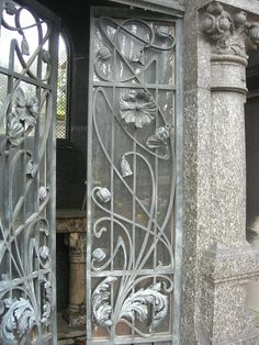 I like so much this graceful Art Nouveau door in the Passy Cimitiere, Paris