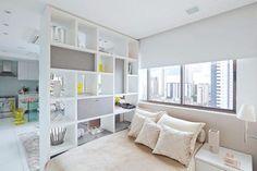 Para driblar a falta de espaço, vale utilizar estantes como divisórias ou camas suspensas