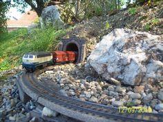 100_2808 Märklin-Gartenbahn in Spur H0 Riesige Quarzkristalle säumen die Strecke