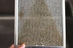 Comment nettoyer à fond un filtre de hotte! eau bouillante - savon dégraissant -bicarbonate de soude - un tampon grattoir non abrasif - un chiffon
