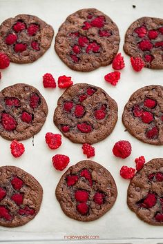 Chocolate brownie cookies with raspberries Chocolate Brownie Cookies, Flourless Chocolate, Raspberry Cookies, Cook Up A Storm, Tasty Dishes, Gluten Free Recipes, Cooking Recipes, Sweets, Eat