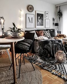 . Home Salon Toulouse, Inspiration Salon, Living Room Inspiration, Apartment Goals, First Apartment, Earthy Living Room, Bohemian Living, Lazy Sunday, Minimal Apartment Decor