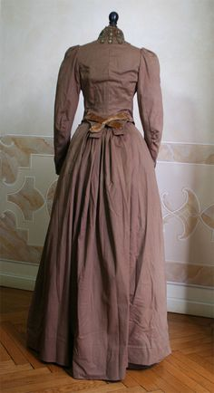 1888 dress back - Full wool dress made (consisting of bodice and skirt) with matching cape and hat. ____ (translated from Italian by Google)