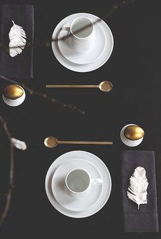 Easter is just days away - are you ready? Make the event special by decorating your table. How beautiful is this black, white and brass Easter table setting? We've got 5 fabulous Easter table setting ideas for every style from minimalist to country, bright and colourful to woodland. Come check them out...