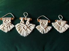 Macrame Thread, Macrame Art, Macrame Projects, Macrame Knots, Macrame Wall Hanging Diy, Macrame Plant Hangers, Christmas Crafts, Christmas Ornaments, Macrame Patterns