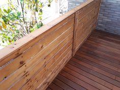 Tarima de madera tropical de IPE instalada sobre pérgola ya existente cerrada con valla de panel simple