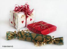 Lautasliina lahjan käärepaperiksi. http://www.haaraamo.fi