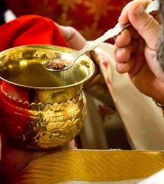 Τι είναι η θεία Μετάληψη και γιατί μεταλαβαίνουμε; Greece Time, Orthodox Christianity, God Jesus, Christian Faith, Holy Spirit, Gods Love, Punch Bowls, Flora, Religion