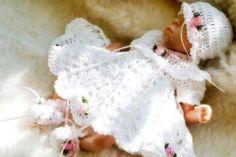 Beyaz yeni doğan el örgü kız takım