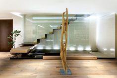 La escalera que parece flotar sobre un espejo de agua es la protagonista del penthouse.   Galería de fotos 5 de 8   AD MX