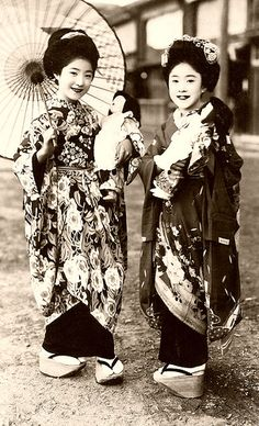 Exploited children in Old Japan. Maiko had been sold as very young girls to geisha houses by poor families, with government backing until prostitution was allowed under US pressure in the Occupation. Japanese Costume, Japanese Kimono, Japanese Girl, Mode Vintage, Vintage Girls, Vintage Children, Japanese Beauty, Asian Beauty, Costume Japonais