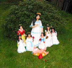 Von wegen Schneewittchen und die sieben Zwerge...  Das ist vorbei, denn die Gartenzwerge haben sich emanzipiert! Der liegende Gartenzwerg zeigt sich stolz mit seinen 7 Schneewittchen. Was er dabei denkt sieht man doch genau, oder?! www.zwergen-power.com