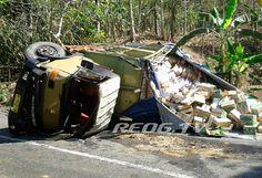 Truk Angkut Sembako Terguling di Slahung Ponorogo