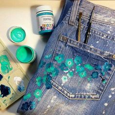 Alte Jeans mit Textilfarbe wieder in Form bringen – Restore old jeans with textile dye – Related posts: Jeans pintados de girasol ideas de reciclaje para tus jeans viejos! Make shoes with waste paper really chic.