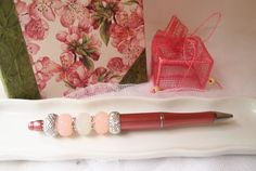 Stylo perlé rose pastel, perles nacrées roses et blanches et perles argentées , papeterie, accessoire écriture, femme romantique, pour elle de la boutique Lacaudrycreation sur Etsy