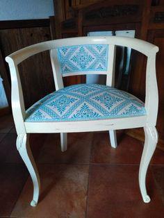 Sedia a pozzetto restaurata con tessuto tipico sardo turchese