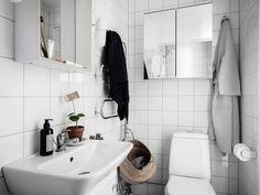 Bostadsrätt, Sprängkullsgatan 3A - Haga, Göteborg - Entrance Fastighetsmäkleri Compact Living, White Tiles, Creative Studio, Bathroom Interior, Small Spaces, Bathtub, Mirror, House, Inspiration