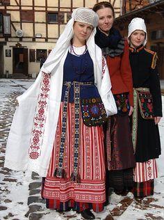 Lithuanian ladies in traditional costumes. Folk Fashion, Ethnic Fashion, Folklore, Costumes Around The World, Folk Clothing, Mode Boho, Ethnic Dress, Folk Costume, World Cultures