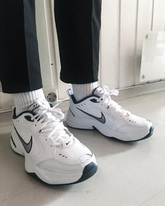 Street style outfits men, dad shoes, me too shoes, sneakers looks, shoes Best Sneakers, Sneakers Fashion, Sneakers Nike, Chunky Sneakers, Fashion Outfits, Mens Fashion, Sock Shoes, Cute Shoes, Outfits Inspiration