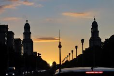 BERLIN - Sonnenuntergang am Frankfurter Tor in Friedrichshain. Foto: Norbert Möller