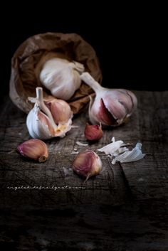 Love that garlic! Dark Food Photography, Still Life Photography, Foto Still Life, Vegetable Pictures, Still Life Drawing, India Food, Kitchen Art, Food Illustrations, Fresh Fruit