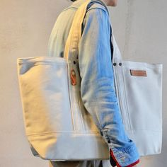 人気のオリジナル定番トートバッグ「トート」。サイズはS~XLサイズまであります。余計な装飾を省いたシンプルなデザインが、男女問わずに人気です。