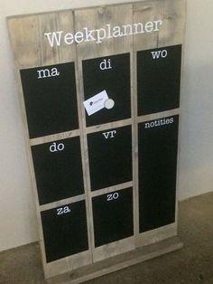 Handige weekplanner! Zo kunt u elke dag plannen en weet iedereen wanneer er een afspraak is. Mogelijk met krijtbord en/of magneetverf.