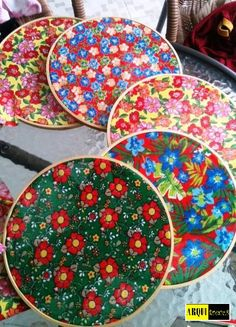 Colourful flowery designs that are a must have Hanging Bathroom Shelves, Diy And Crafts, Arts And Crafts, Luau, Fabric Art, Decoration, Party, Diy Projects, Plates