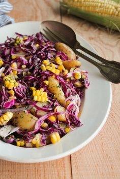 Salade de chou rouge, pommes de terre et maïs - aime & mange