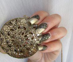Nail art con ghirigori su base dorata con pendente - Retrò freehand black swirls painted on gold nail lacquer Effe Smalti by Francesca Ciaponi