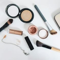 Why you should switch to natural cosmetics Best Drugstore Foundation, No Foundation Makeup, Liquid Foundation, Skin Shine, How To Apply Concealer, Loose Powder, Natural Glow, Natural Cosmetics
