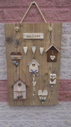 Steigerhout met leuke huisjes opgelijmt, stuk touw er doorheen.... Helemaal leuk. Driftwood Projects, Driftwood Art, Wooden Crafts, Wooden Diy, Diy Arts And Crafts, Hobbies And Crafts, Butterfly Invitations, Cottage Garden Design, Country Paintings