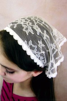 Perfect for girls 12 and under, this adorable mini starter veil is available in…